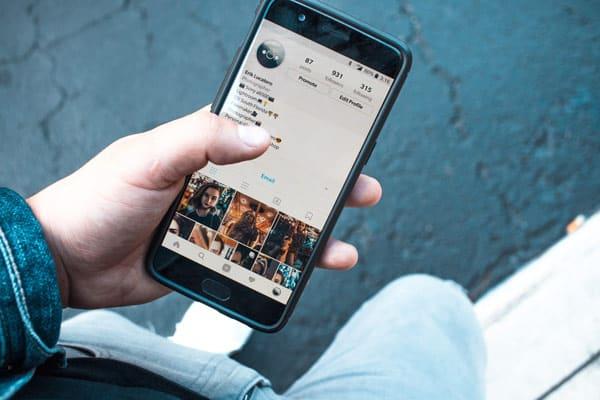 Smartphone mit Instagram in der Hand